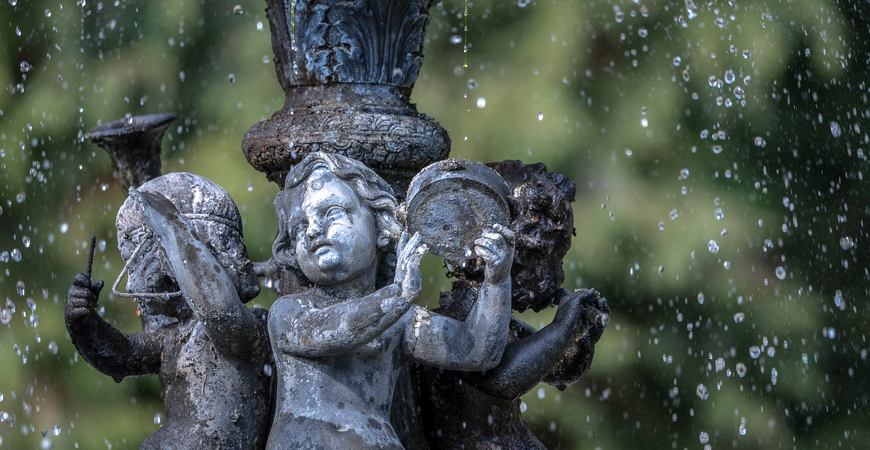 Clean small statues in the garden with Wet & Forget